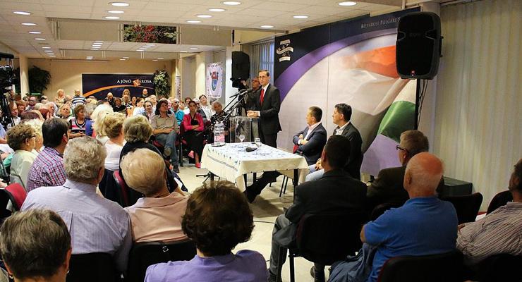 Varga Mihály egy belvárosi fórumon Rogán Antal társaságában | Forrás: Varga Mihály Facebook-oldala