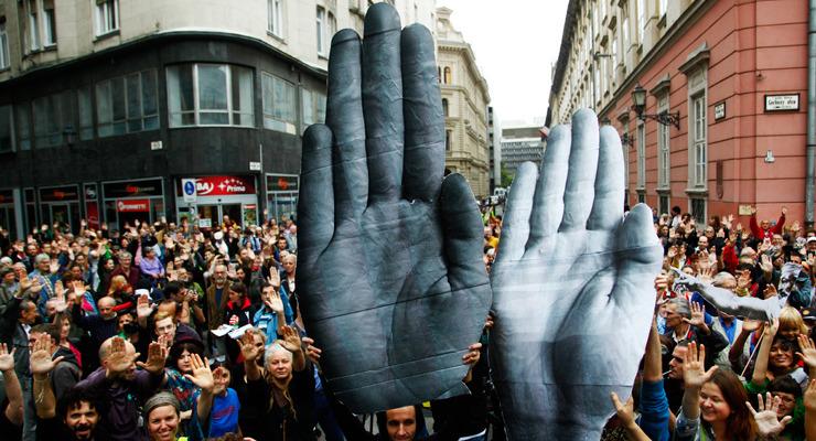 Milliós támogatások kormányközeli civileknek