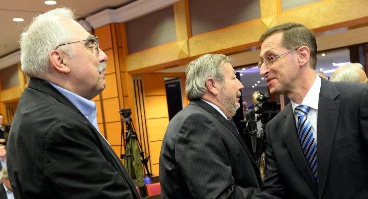 Bokros Lajos volt pénzügyminiszter (b) és Varga Mihály nemzetgazdasági miniszter a Német-Magyar Ipari és Kereskedelmi Kamara konferenciáján, 2013-ban. | Forrás: MTI/Soós Lajos