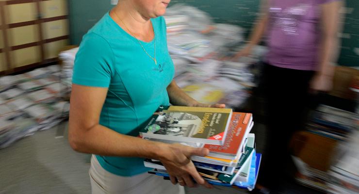 7. osztályos tankönyvcsomagot veszbnek át Nagykátán | Forrás: MTI/Kovács Tamás