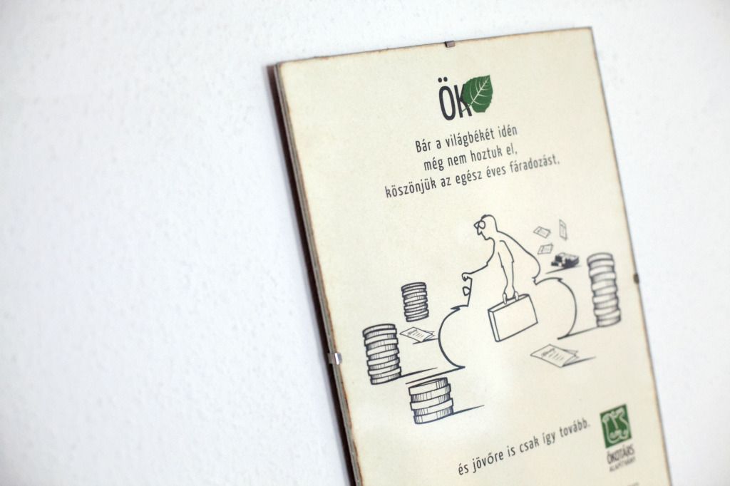 A munkatársak éves munkáját megköszönő tábla az Ökotárs alapítvány irodájában   Fotó: Magócsi Márton