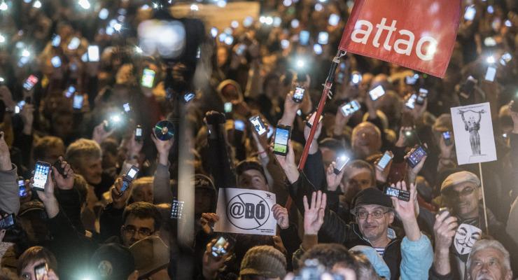 Székházostrom lett az internetadó tüntetésből