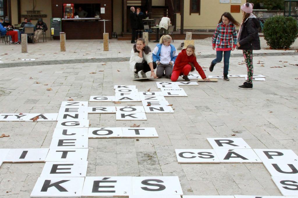 Általános iskolások egy szókirakó versenyen a magyar nyelv napján, Balatonfüreden, 2014. november 13-án. | Forrás: MTI/Nagy Lajos