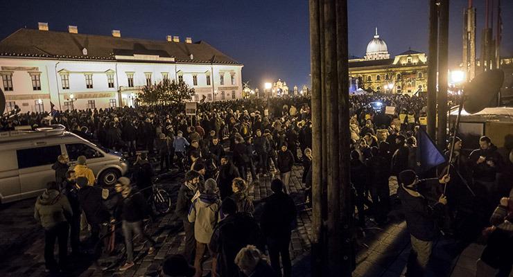 Ezrek tüntettek Áder ablaka alatt