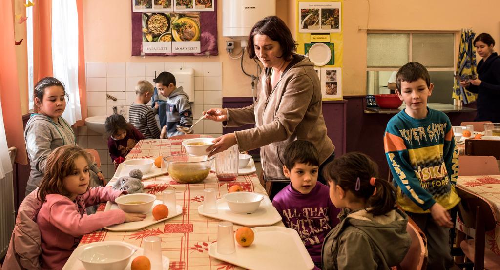 Ebédidő a pécs-somogyi bányatelepi általános iskolában, decemberben | Fotó: Hajdú D. András