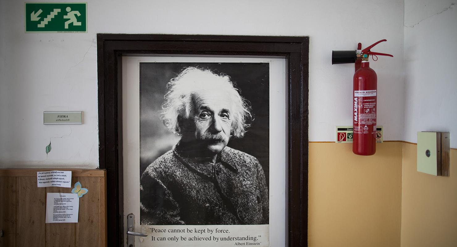Fizikaterem Einstein-plakáttal a nyíregyházi Apáczai Csere János Gyakorló Általános Iskolában, amit az oktatási kormányzat a KLIK alá szeretne vonni   Fotó: Magócsi Márton
