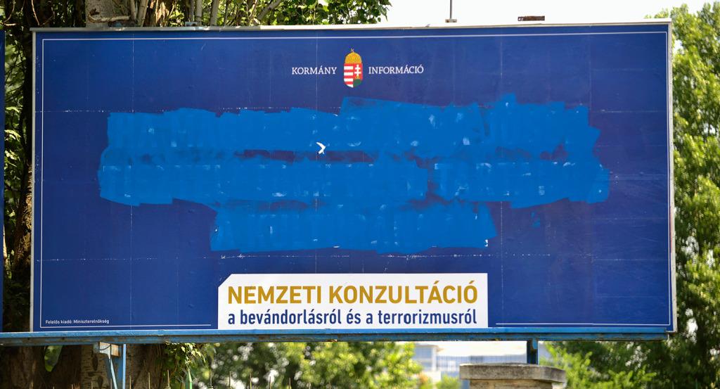 Bevándorlásról szóló plakátok a fővárosban