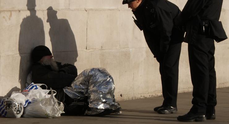 Úton, útfélen zaklatják a rendőrök a hajléktalanokat