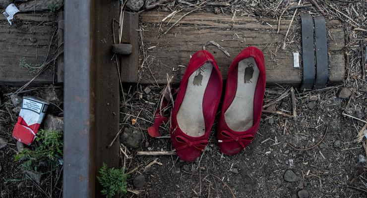 Elhagyott sapkák, cipők jelzik a menekültek útját