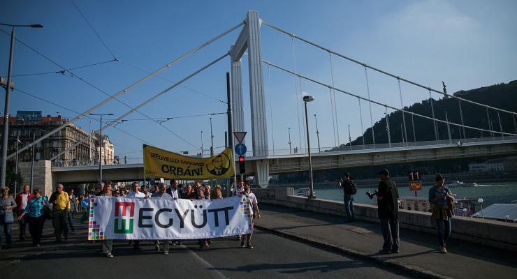 Juhász: Orbán nemcsak a menekültekkel embertelen