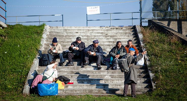 Erdőn, mezőn bográcsoznak az éhes hajléktalanok