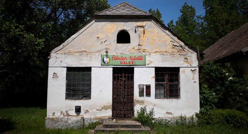 Elhagyott élelmiszerbolt egy nyugat-magyarországi kisváros külterületén   Fotó: Magócsi Márton