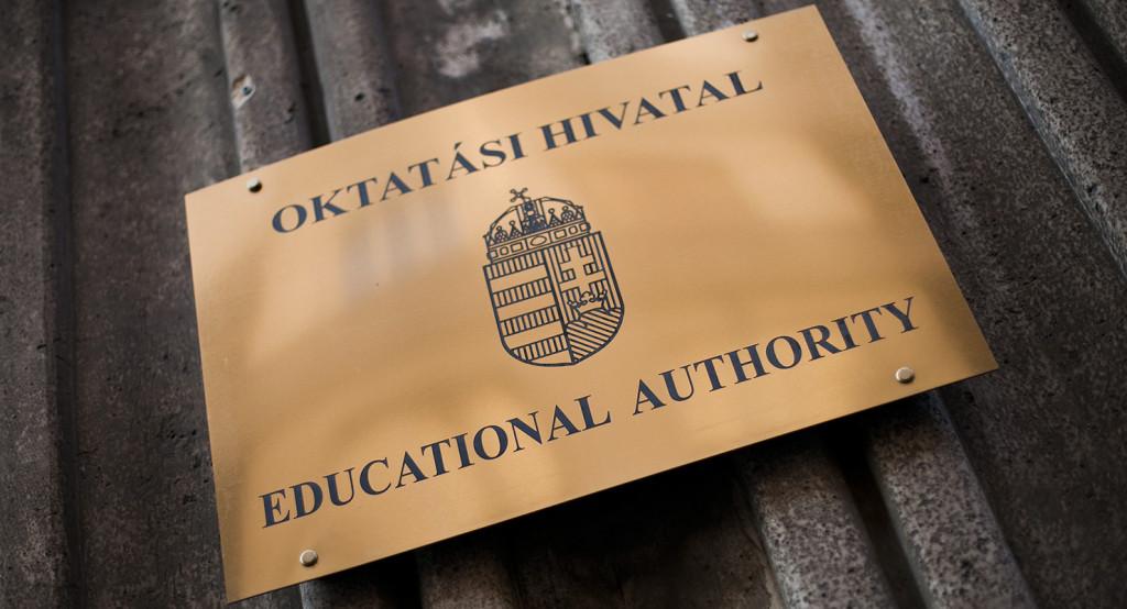 Oktatási Hivatal tábla az Emberi Erőforrások Minisztériuma Szalay utcai épületén, 2014. október 27-én, Budapesten.