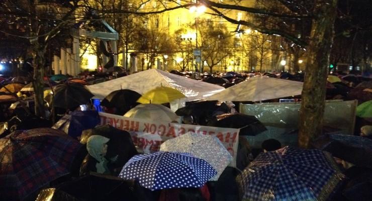 Az egész országban tüntetnek az oktatás miatt
