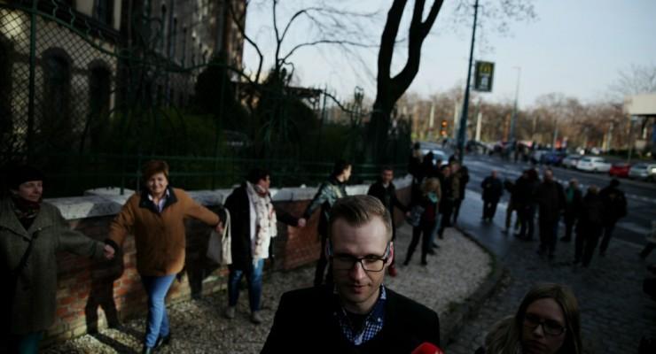 Az iskolák előtt tüntettek a sztrájkoló tanárok