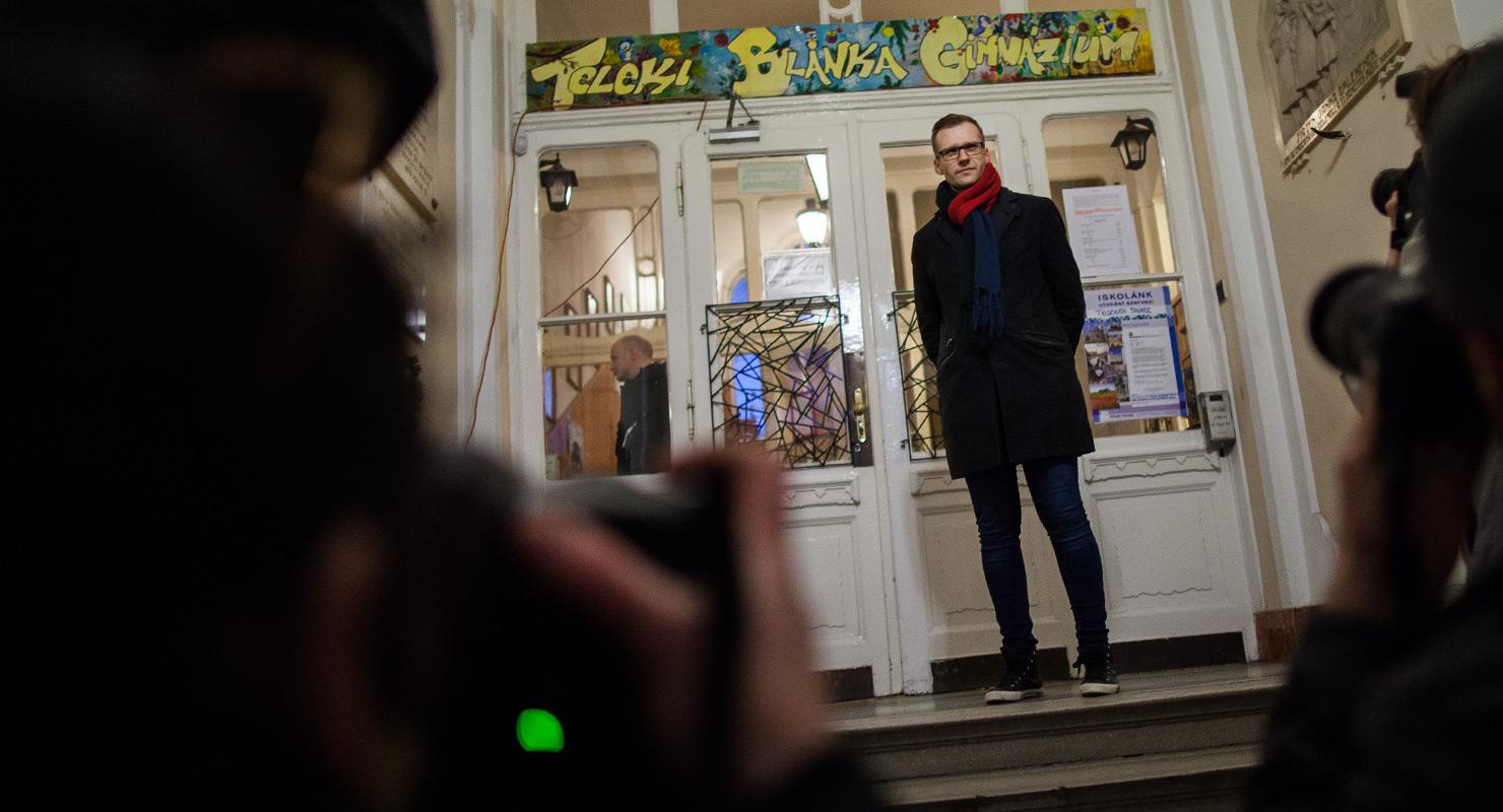 Pukli István, a budapesti Teleki Blanka Gimnázium igazgatója a mellette tartott szimpátiatüntetés után a középiskola kapujában, 2016. február 19-én | Fotó: Magócsi Márton