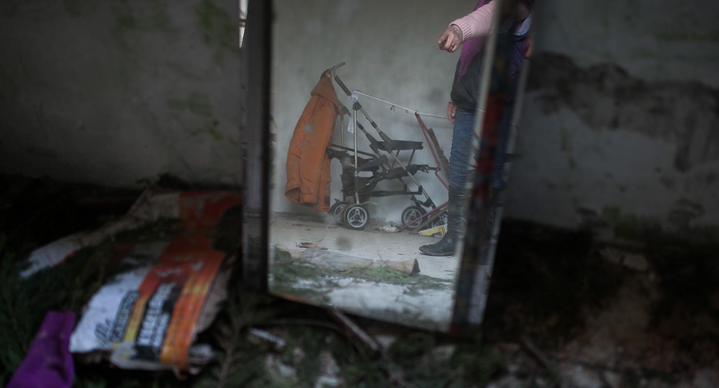 A kisbabájuk halálának okozásával elsőrendben vádolt devecseri férfi és másodrendben vádolt nő tárgyalása Veszprémben és volt házuk, ahol a tragédia történt Devecserben, 2016. március 10-én
