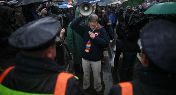 Diktátorozva hallgatták Orbán beszédét a tüntetők