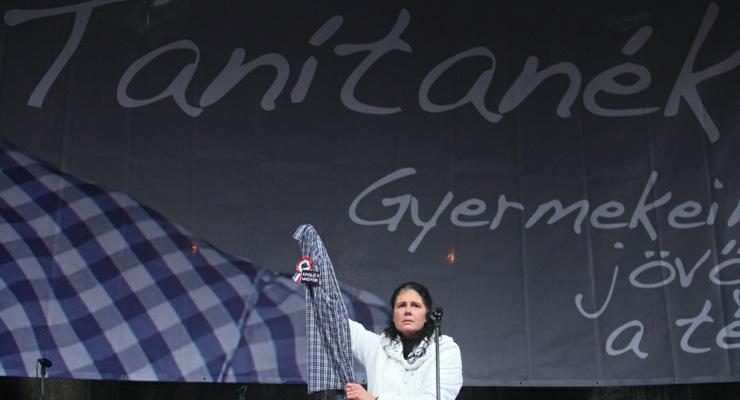 Több tízezren várják a kormány bocsánatkérését