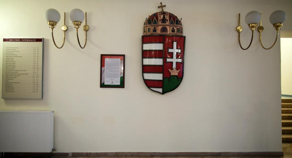 Magyarország címere a Szent Koronával és a Nemzeti Együttműködési Nyilatkozat a budapesti képviselői irodaházban, 2014. október 21-én.