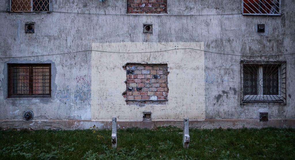 Befalazott és használatban lévő ablakok egy Hős utcai lakóházon | Fotó: Pivarnyik Balázs