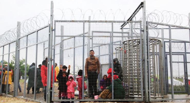Beteg gyerekeket kényszerítenek a sárba a határon