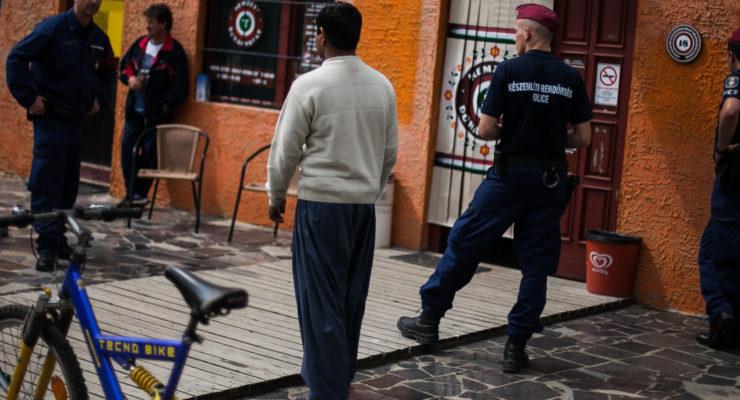 Szájbaveréssel fenyegetik a menekülteket a körmendi rendőrök