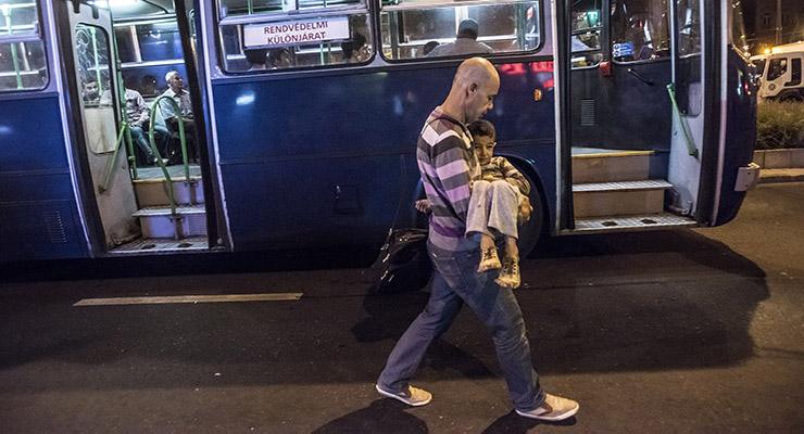 Közmunkások segítik a menekültáradattal birkozó hivatalt