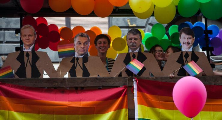 Nem védve, bezárva érzik magukat a kordonok között vonuló Pride-osok