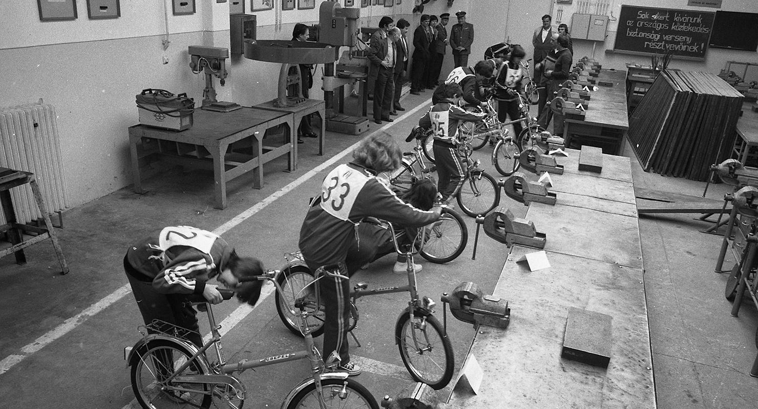 Az 1982-es ifjúsági közlekedésbiztonsági kupa döntője kerékpár-szerelési vetélkedője, az egri Gép- és Műszeripari Szakközépiskolában. Forrás: Fortepan/Magyar Rendőr http://fortepan.hu/?img=66754