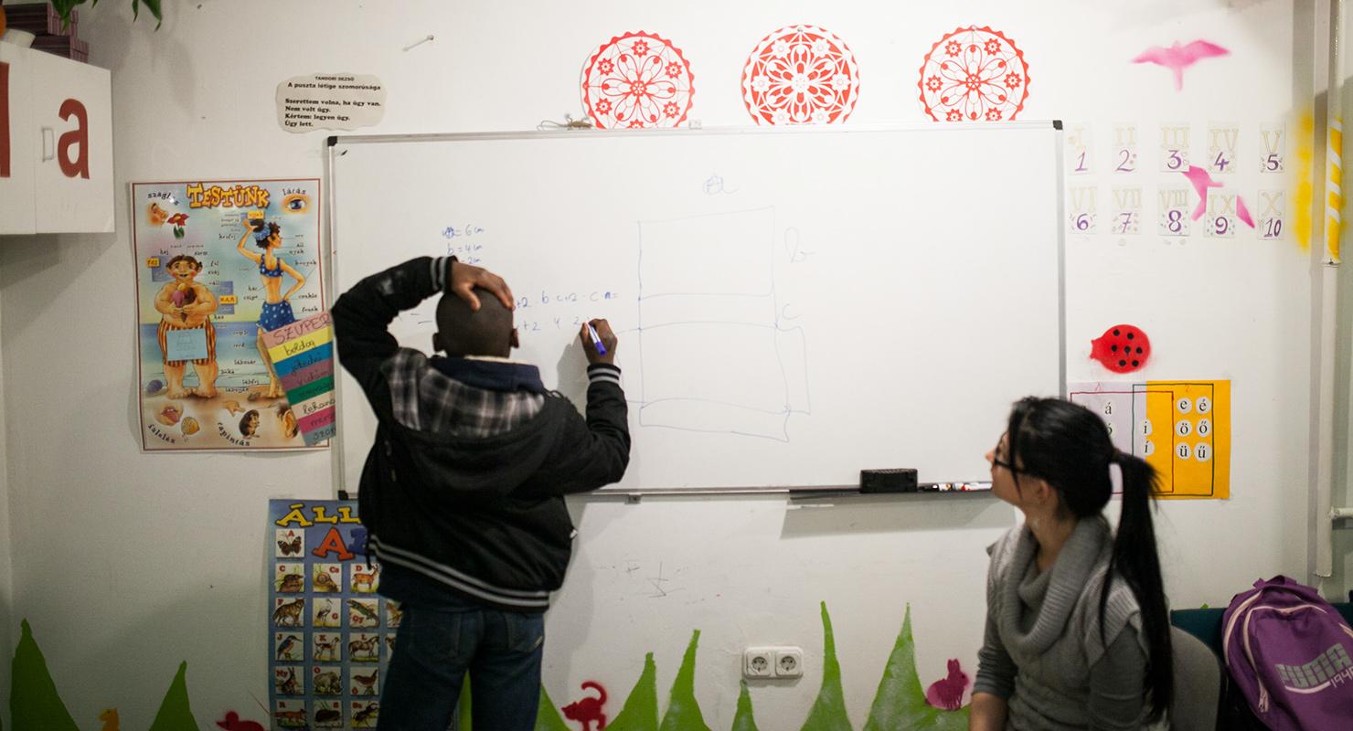 Egy fiatal bevándorló fiú a Református Misszió Migráns Tanoda és Iskolai Integráció programjában vesz részt Budapesten, 2015-ben | Fotó: Magócsi Márton