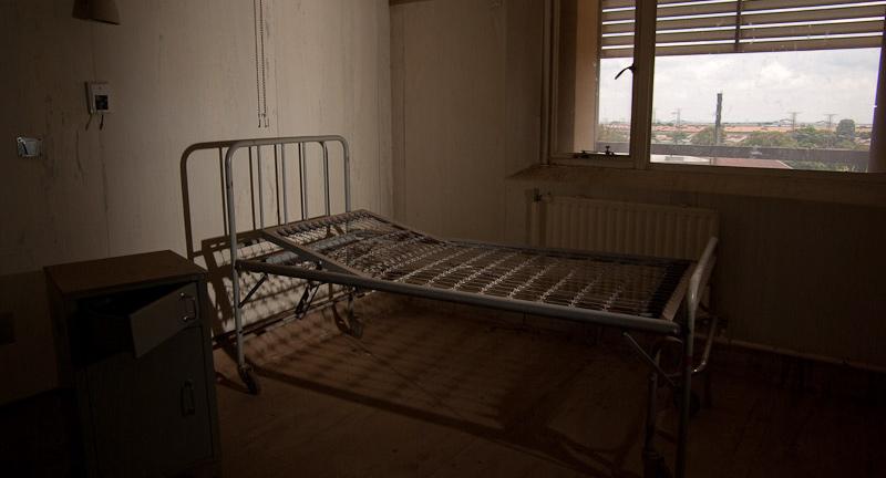 Ágykeret egy kórteremben az elhagyott dél-afrikai Kempton Park kórházban. | Forrás: flickr.com/Pavel Tscholakov https://www.flickr.com/photos/pavel/3210849488