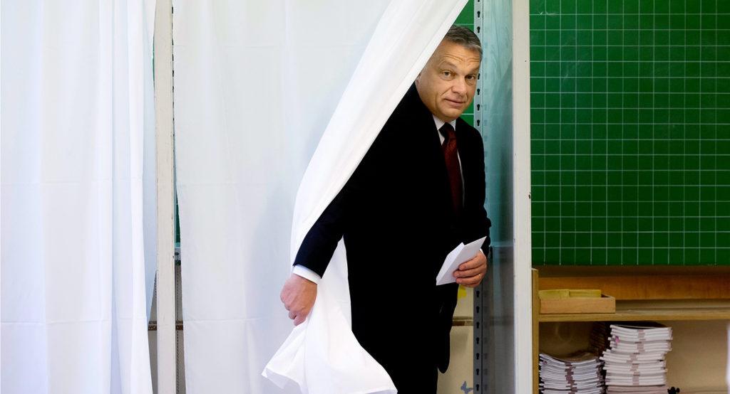 Budapest, 2016. október 2. Orbán Viktor miniszterelnök a XII. kerületi Zugligeti Általános Iskolában kialakított 53. számú szavazókörben a kvótareferendum napján, 2016. október 2-án. A népszavazást a nem magyar állampolgárok Magyarországra történő kötelező betelepítésével kapcsolatban írták ki. MTI Fotó: Koszticsák Szilárd