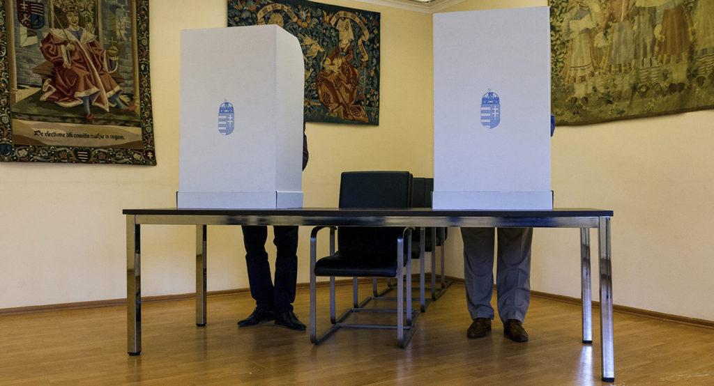 Beregszász, 2016. október 2. Szavazók a beregszászi magyar konzulátuson kialakított szavazóhelyiségben Kárpátalján a kvótareferendum napján, 2016. október 2-án. A népszavazást a nem magyar állampolgárok Magyarországra történő kötelező betelepítésével kapcsolatban írták ki. MTI Fotó: Nemes János