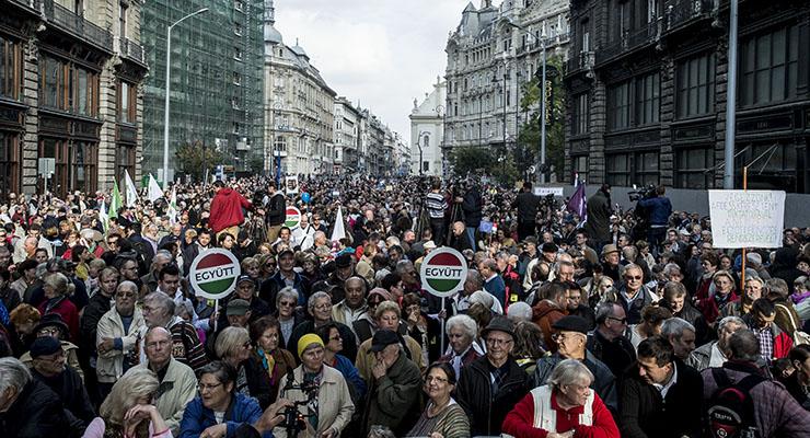 A Népszabadság beszántása miatt tüntettek Juhász Péterék