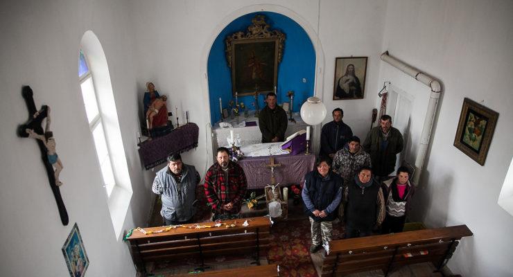 A segélyükből vették a cementet a kápolnát felújító romák