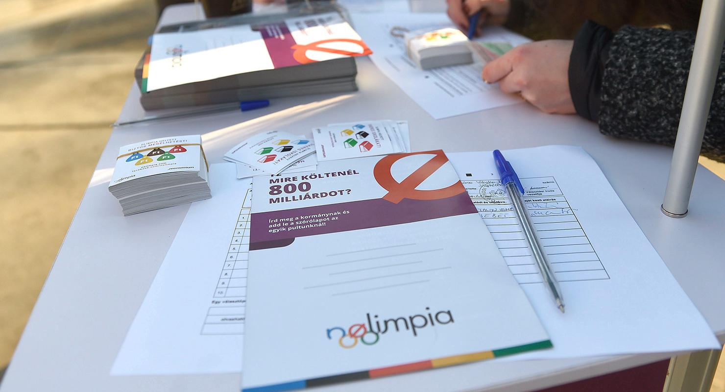 A Momentum Mozgalom aktivistái aláírást gyűjtenek a Blaha Lujza téren 2017. január 17-én a 2024-es nyári olimpia budapesti pályázatáról szóló helyi népszavazás kiírásáért. | Forrás: MTI/Bruzák Noémi