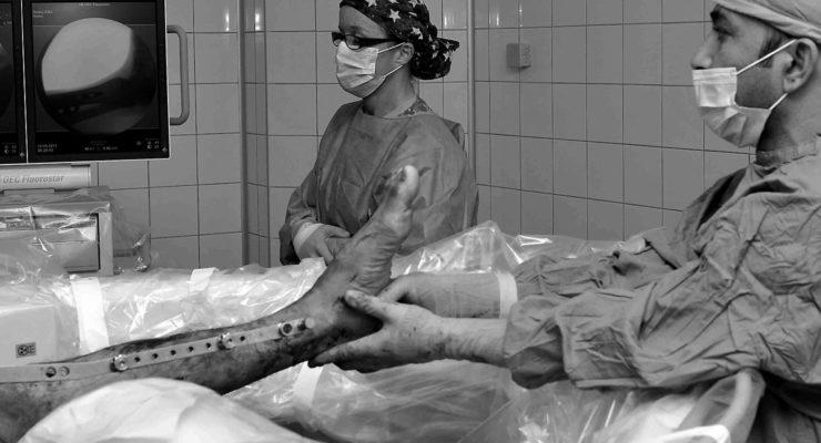 Nem oké, ha belehalunk a kórházban egy kartörésbe