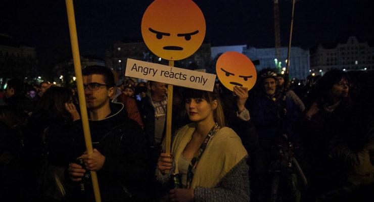 """""""Elegünk van!"""" – megbénították az éjszakai belvárost a civilek mellett tüntetők"""