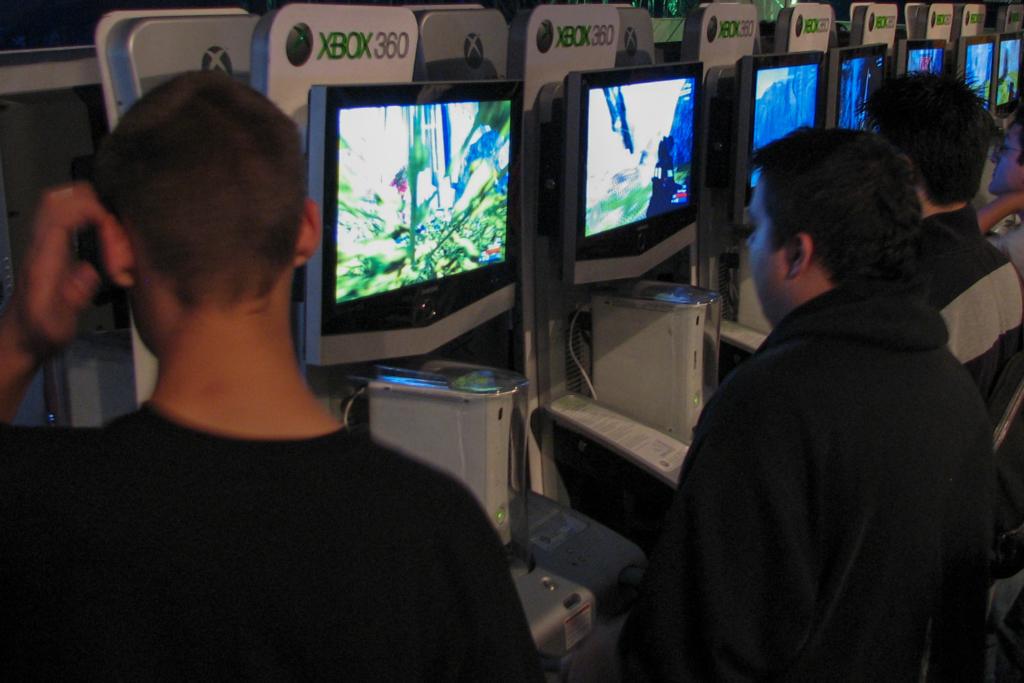 Játékokat tesztelő vásárlók egy kanadai üzletben | Forrás: flickr/Ian Muttoo https://www.flickr.com/photos/imuttoo/1436350610