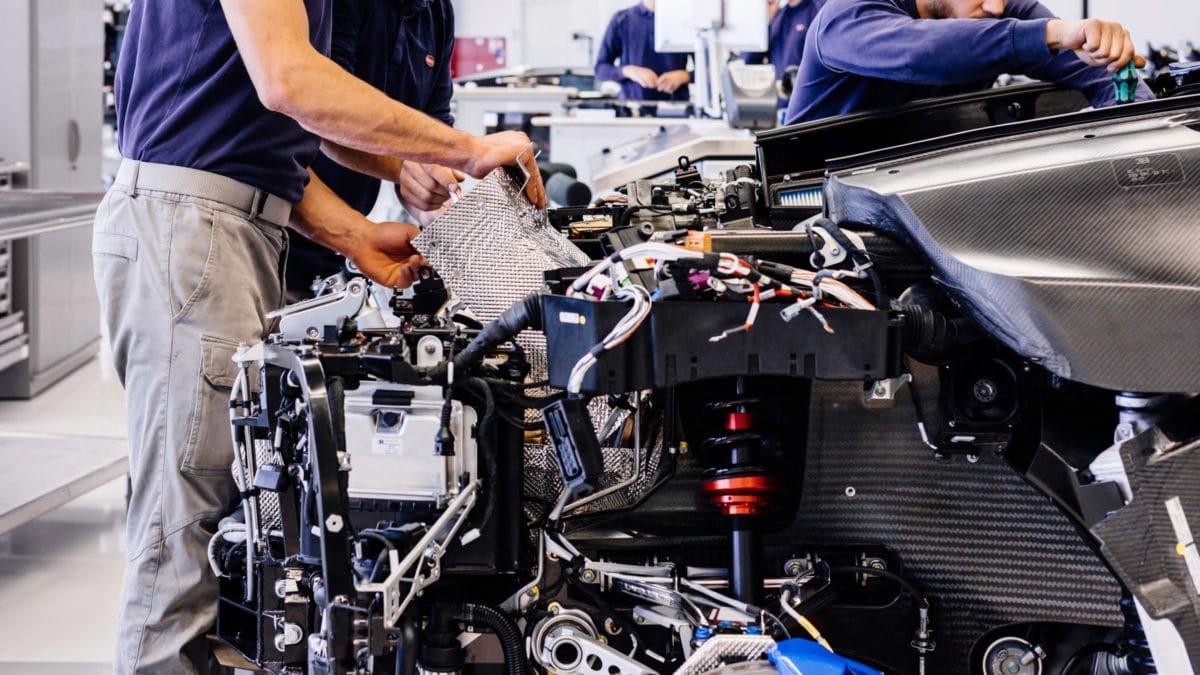A címlapi képen egy franciaországi luxusautógyár látható. Forrása: Flickr/Automotive Rhythms CC BY-NC-ND https://www.flickr.com/photos/artvlive/32650010342/