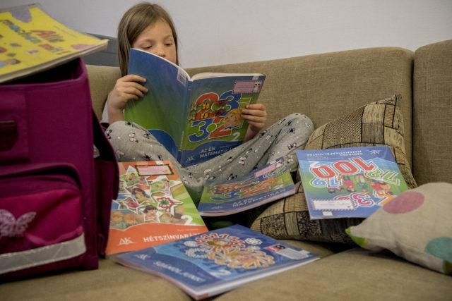 Az ingyen tankönyvvel is csak zűrzavart okozott a kormány az iskolákban