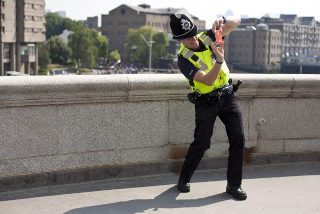 Európában nem a rémisztgetésre játszanak a rendőrök