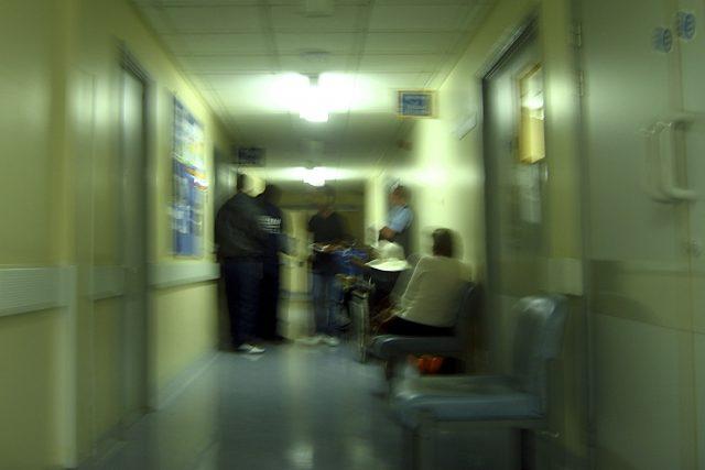 A címlapi illusztráción egy birminghami kórház folyosója látható 2010-ben, forrása: flickr/John Graghan CC-BY-NC-ND https://www.flickr.com/photos/johngarghan/4930707039