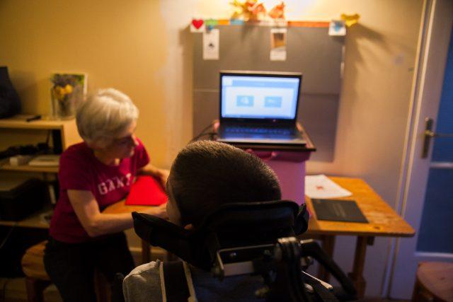 Zoltán Ágoston és édesanyja a Tobii szemvezértelt eszköz és a hozzá tartozó kommunikációs szoftvert használják budapesti otthonukban | Fotó: Magócsi Márton