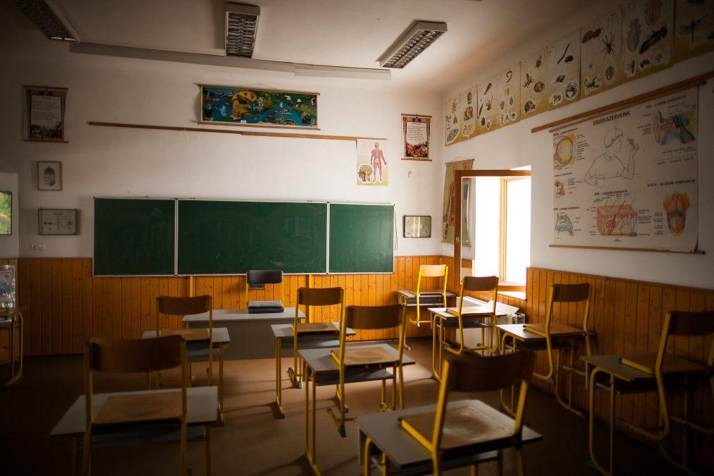 Üres osztályterem egy magyarországi kistelepülés általános iskolájában | Fotó: Magócsi Márton