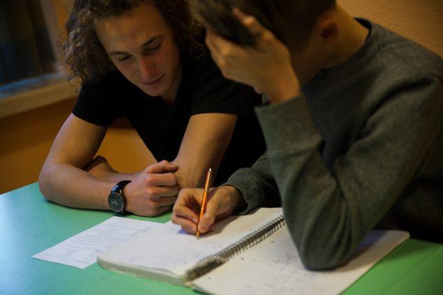 Szívvel-lélekkel korrepetálják egymást a diákok