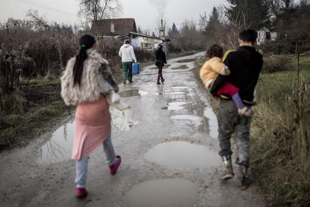 Se kiskád, se kiságy - már viszik is a roma gyerekeket