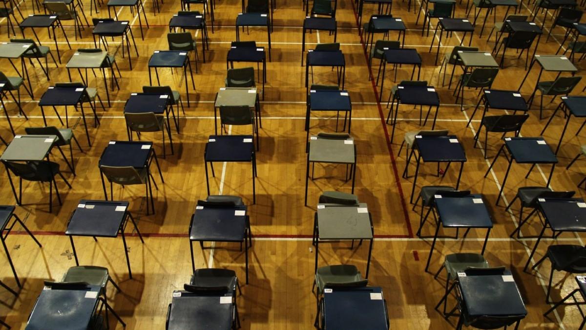A címlapi illusztráción vizsgához előkészített terem látható, Szingapúrban. Forrása: flickr/Richard Lee CC BY-NC-ND 2.0 https://www.flickr.com/photos/70109407@N00/2097402250/