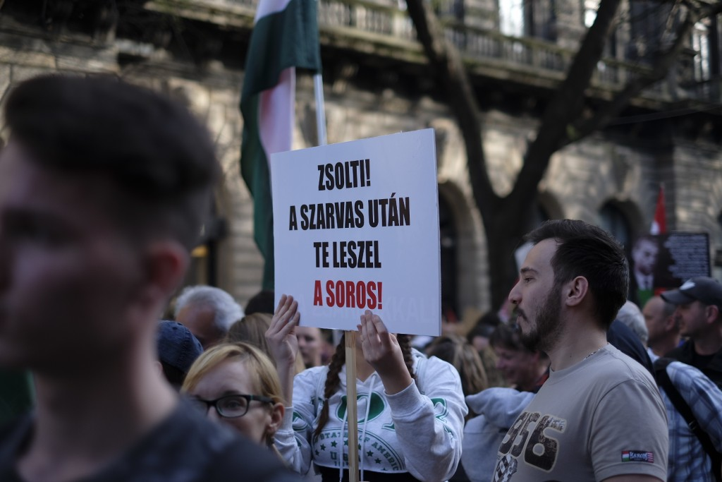 Uniós és Árpád-sávos zászlók alatt vonulnak Orbán ellen 3